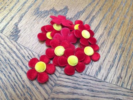 10 x 1 INCH FELT RED DAISY FLOWER EMBELLISHMENTS HEADBANDS BOWS CARD MAKING PLAQUES